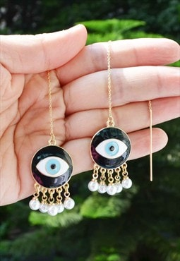 Unusual eyes with imitation pearls earring
