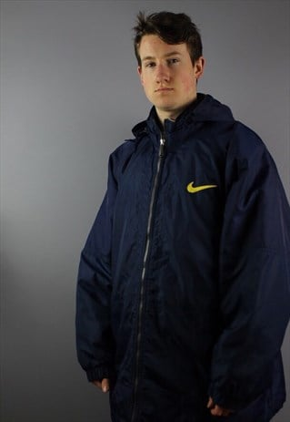 VINTAGE NIKE COAT IN NAVY AND SIZE LARGE. FEATURES EMBROIDER